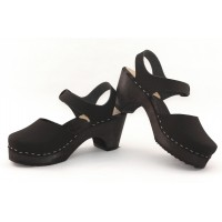Closed toe sandals in natural pullup leather