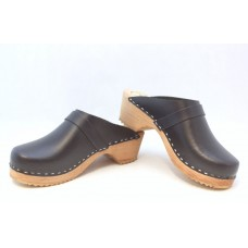 Textured leather men clogs